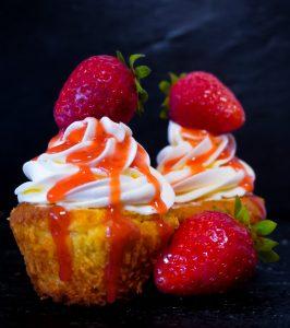 Read more about the article Cupcakes mit Erdbeerfüllung und Erdbeersoße